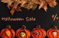 Roliga halloween pepparkakakakor på den svarta trätabellen Halloween försäljning Arkivbilder
