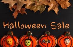 Roliga halloween pepparkakakakor på den svarta trätabellen Halloween försäljning Arkivfoto