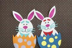 Roliga handgjorda förlade inre ägg för tecknad film kaniner med copyspace Arkivfoto