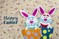 Roliga handgjorda förlade inre ägg för tecknad film kaniner med text Arkivfoto