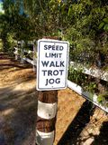 Roliga hastighetsbegränsningteckenhästar Royaltyfri Bild