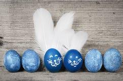 Roliga kanineaster ägg Gulliga feriegarneringar Royaltyfri Fotografi