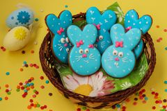 Roliga kaniner för påsk, hemlagade målade pepparkakor arkivbild