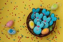 Roliga kaniner för påsk, hemlagade målade pepparkakor royaltyfri bild