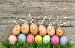 Roliga kaniner och kulöra easter ägg Semestrar garnering Arkivfoton