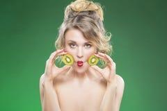 Roliga Kiwi Fruit Series Sinnlig rolig näck Caucasian modell Making Faces royaltyfria bilder