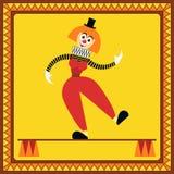Roliga kvinnliga clownjämvikter på två pelare Fotografering för Bildbyråer