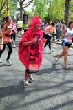 Roliga löpare på den London maratonen 22. April 2012 Arkivfoto