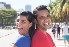 Roliga latinska par i staden Royaltyfri Foto