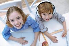 Roliga le barn som gör deras intressanta läxa Arkivfoton