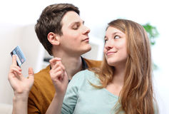 Roliga le par som använder kreditkorten till internet, shoppar on-line Royaltyfri Fotografi