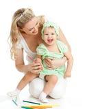 roliga lekar för barnfärg henne moderblyertspennor Royaltyfria Foton
