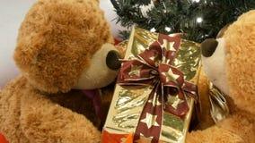 Roliga leksaknallebjörnar att flyttning, genom att passera sig ask med en julklapp Juldekor i gallerian lager videofilmer