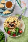 Roliga Lion Food Face med kotletten, pasta och grönsaker Royaltyfria Bilder