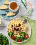 Roliga Lion Food Face med kotletten, pasta och grönsaker Royaltyfri Bild