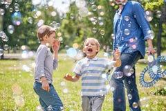 Roliga Little Boy med såpbubblor Arkivfoto