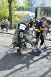 Roliga löpare på den London maratonen 22. April 2012 Arkivbilder
