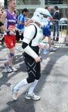 Roliga löpare på den London maratonen 22. April 2012 Arkivfoton