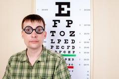 Roliga manwearing anblickar i ett kontor på doktorn Arkivfoton
