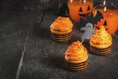 Roliga muffin för allhelgonaafton Arkivfoton