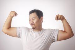 Roliga narcissistiska Guy Shows Double Biceps Pose fotografering för bildbyråer