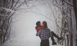 Roliga par för vinter som är skämtsamma tillsammans under vinterferier fotografering för bildbyråer