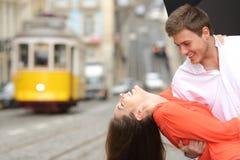 Roliga par som flörtar och skojar i gatan royaltyfri bild