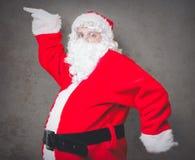 Roliga Santa Claus har en glädje Royaltyfri Foto