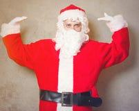 Roliga Santa Claus har en glädje Arkivfoton