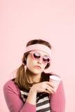 Bakgrund för rosa färg för definition för kick för rolig kvinnastående verkligt folk royaltyfria foton
