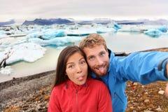 Roliga selfiepar som har gyckel på Island arkivfoto