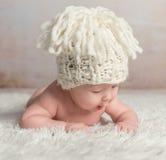 Roliga små behandla som ett barn krypning på den woolen filten Royaltyfri Fotografi
