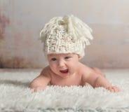 Roliga små behandla som ett barn krypning på den woolen filten Royaltyfria Foton