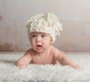 Roliga små behandla som ett barn krypning på den woolen filten Arkivbild