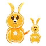 Roliga små kaniner som göras av de orange skivorna. Royaltyfri Bild