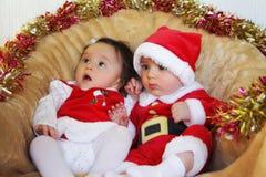 Roliga små ungar för jul i Santa Claus kläder. Royaltyfria Foton