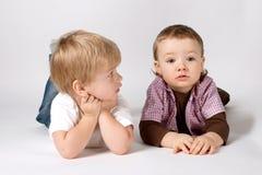 roliga stående två för pojkar Arkivbild