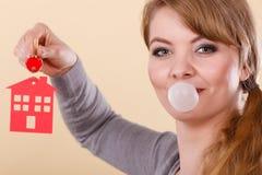 Roliga tangenter för kvinnahållhus äter tuggummi Arkivfoton