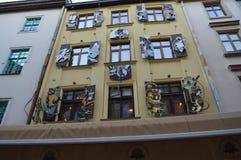 Roliga tecknad filmdiagram på byggnad av Lviv hand-gjorde chokladkafét i Lviv, Ukraina på Maj 7, 2016 Royaltyfri Fotografi