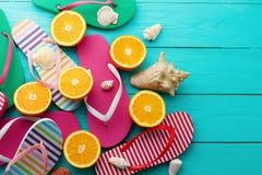 Roliga tid- och flipmisslyckanden för sommar fästande ihop isolerad white för banahavsskal Häftklammermatare och orange frukt på  Fotografering för Bildbyråer