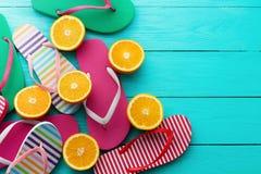 Roliga tid- och flipmisslyckanden för sommar Häftklammermatare och orange frukt på blå träbakgrund Pittoresk åtlöje som är övre o Arkivfoton