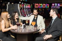 Roliga tider på en kasino royaltyfri foto