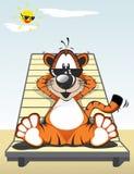 Roliga Tiger Sunbathing på stranden med svarta solexponeringsglas stock illustrationer