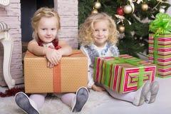 Roliga ungar med julgåvan Arkivbilder
