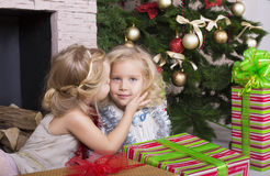 Roliga ungar med julgåvan Arkivbild