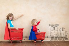 Roliga ungar som inomhus k?r leksakbilen royaltyfri fotografi