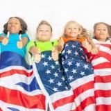 Roliga ungar som rymmer flaggan Storbritannien och den amerikanska nationsflaggan Arkivfoto