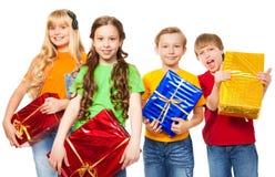 Roliga ungar som rymmer presents Royaltyfria Bilder