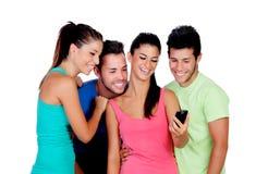 Roliga vänner som ser mobilen Arkivbilder
