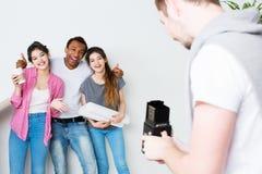 Roliga vänner tar fotoet i ett nytt hus Arkivbilder